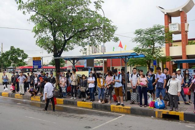 Bên trong bến xe Giáp Bát, rất động người dân chờ xe tại các nhà chờ xe buýt để đi vào nội thành.