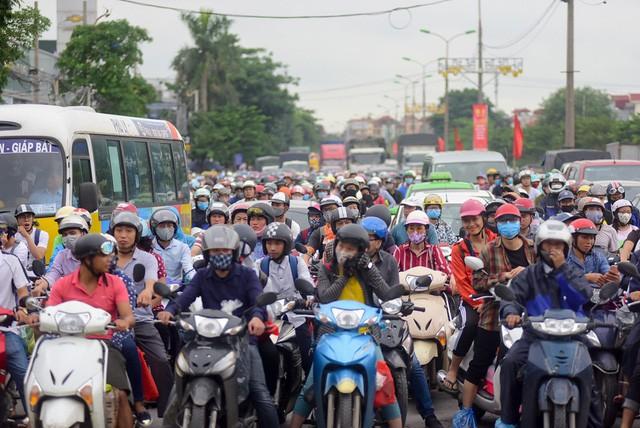 Đoạn đường Ngọc Hồi nối đường Giải Phóng đông nghịt người. Đây cũng là cửa ngõ từ quốc lộ 1A cũ vào Hà Nội dành cho xe máy.