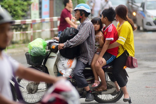 Dịch vụ xe ôm đắt khách vào dịp cuối ngày nghỉ lễ, do nhu cầu người dân từ các tỉnh đổ về Hà Nội tăng cao.