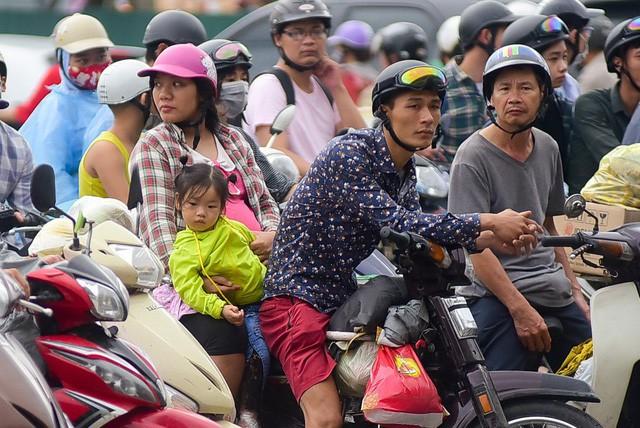 Người dân di chuyển qua nút giao Giải Phóng - Pháp Vân tỏ ra mệt mỏi khi phải chờ đợi ùn tắc.