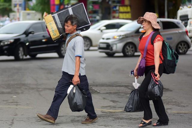 Nhiều người chọn cách đi bộ để nhanh thoát qua đoạn ùn tắc.
