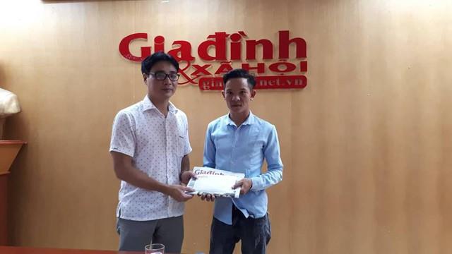 Ông Nguyễn Chí Long, Phó TBT Báo Gia đình và Xã hội trao tiền ủng hộ cho gia đình anh Thơ. Ảnh PT