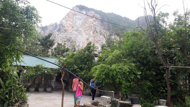 Mỏ đá của Công ty Thành Phát có vị trí nằm sát khu dân cư. Ảnh: Ngọc Hưng