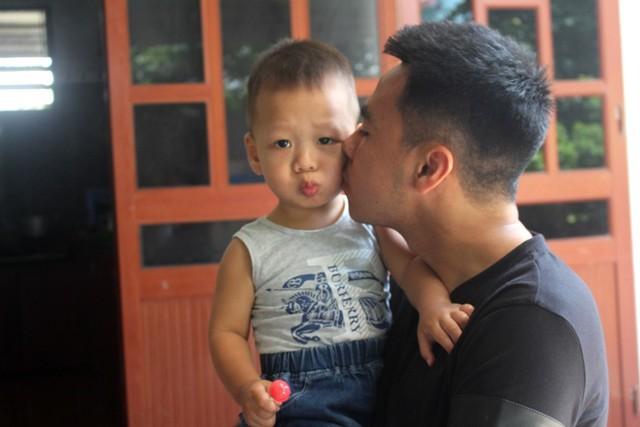 Do thi đấu xa nhà, nên mỗi dịp về quê, Huy đều giành tình cảm thân thương cho những người cháu của mình. Ảnh: Đ.Tùy