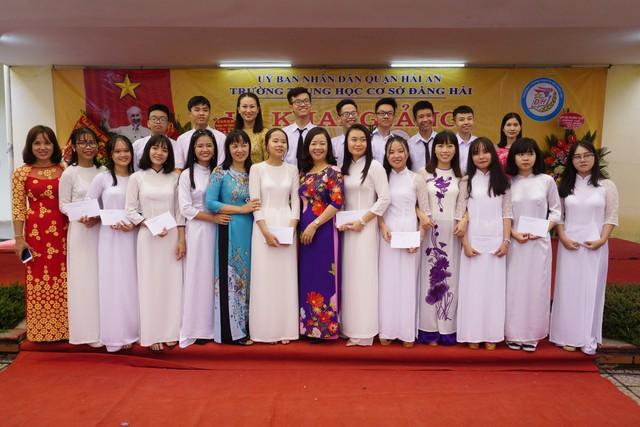 Sự trở về của những học sinh cũ vừa đỗ chuyên Trần Phú tạo động lực cho các em học sinh trường THCS Đằng Hải