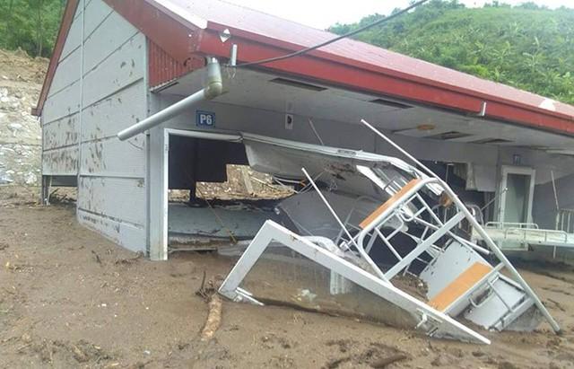Thanh Hóa vừa trải qua trận lũ thảm khốc, hàng nghìn ngôi nhà bị nhấn chìm, cuốn trôi hoặc phá hủy hoàn toàn. Hàng chục điểm trường rơi vào cảnh ngập nước và bùn đất. Trường bán trú THCS xã Tam Chung (Mường Lát) là một trong số đó bị phá hủy sau trận lũ quét ngày 30/8.