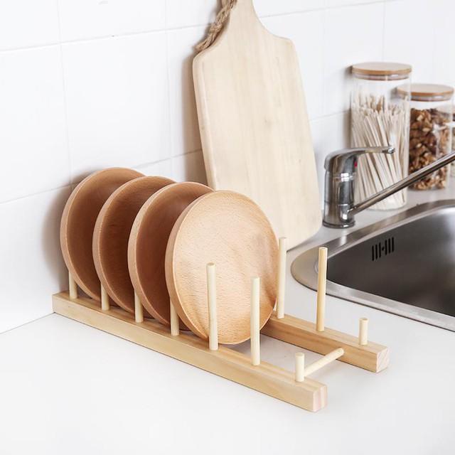 Chiếc giá để này có thể để thớt hoặc đĩa đều rất ổn, thiết kế lại đơn giản, có thể hoàn toàn tự làm được. Bạn có thể thắc mắc một bộ thớt có là cần thiết hay không, nhưng nếu có thể phân chia thớt cho đồ sống, đồ chín hoặc hoa quả, rau củ riêng thì sẽ rất đảm bảo vệ sinh đó.