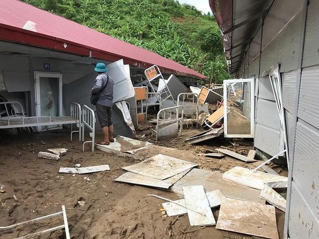 Ngôi trường gồm hai dãy nhà kiên cố với hơn 10 phòng học và nhà ở bán trú cho học sinh mới xây dựng, song gần như bị xoá sổ.