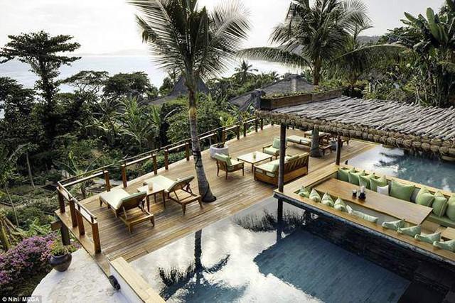 Resort mà gia đình này lưu trú có các căn phòng được trang trí theo phong cách nhiệt đới và hồ bơi vô cực. Cả gia đình được đưa đến khu nghỉ dưỡng bằng máy bay cá nhân sang chảnh.