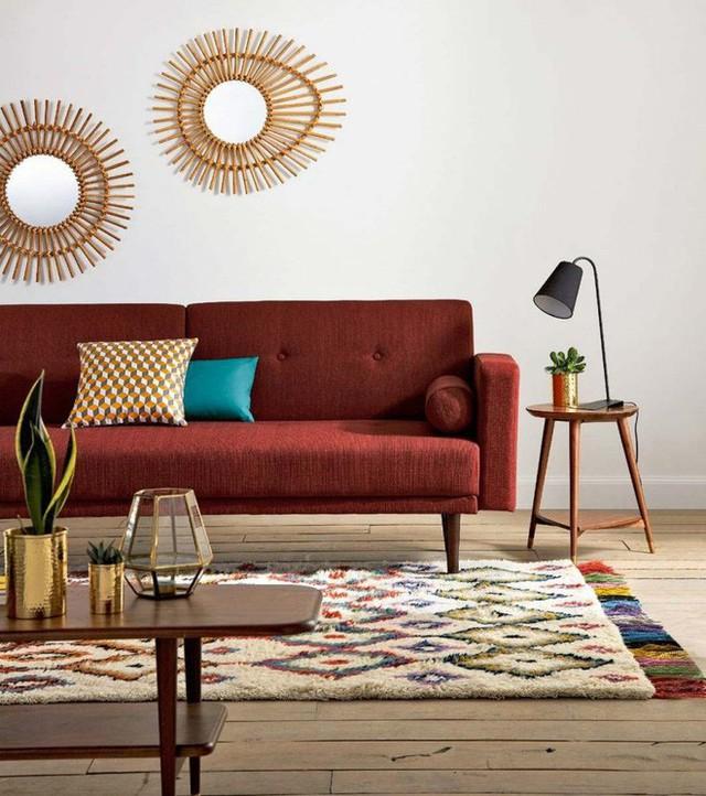 2. Với những phòng khách được trang trí với những đường nét, họa tiết truyền thống thì việc thêm một tấm thảm với họa tiết và màu sắc bắt mắt. Những màu nhấn trên thảm có cùng tông màu với nội thất chính sẽ giúp căn phòng đẹp sắc nét.