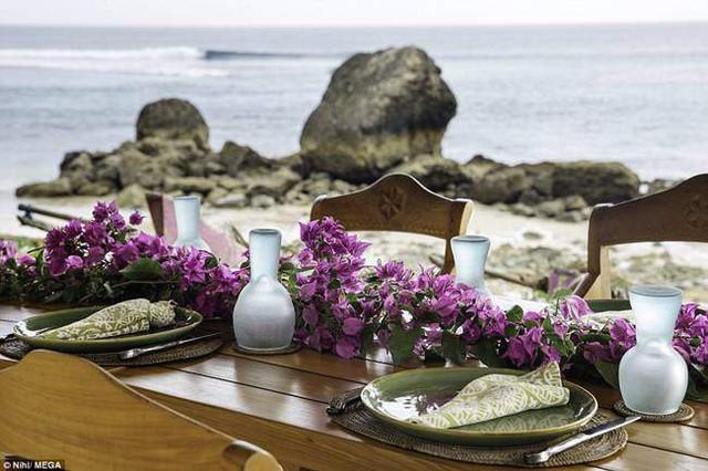 Nhà hàng bên bờ biển cung cấp nhiều món ngon cho các thực khách.
