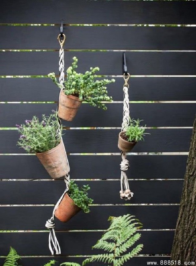 12. Những sợi dây thừng cách điệu sẽ treo lơ lửng chậu cây nhà bạn trên những hàng rào vô cùng đẹp mắt. Bạn sẽ ưng ý với thiết kế này cho phần tường bao nhà mình nữa.