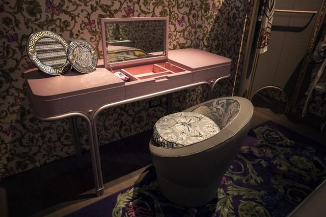 Viền gương cùng tông với màu nhấn cũng tăng thêm nét duyên dáng và bắt mắt cho phòng ngủ.