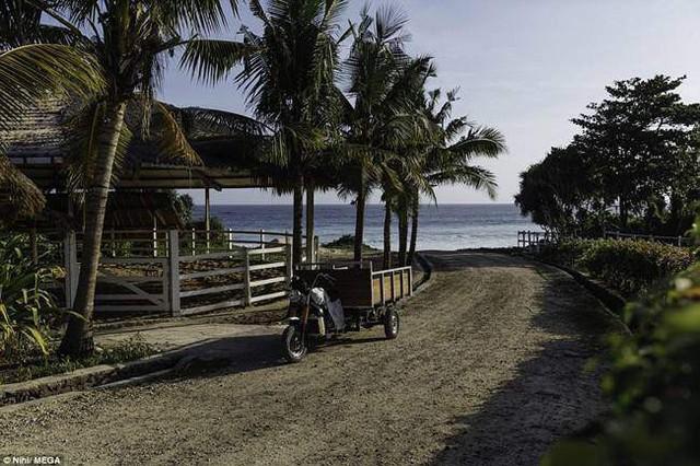 Khu nghỉ dưỡng có bãi biển riêng dài 2,5km với bãi cát vàng sạch, đẹp.