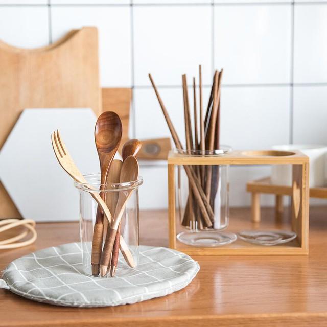 Nhà bếp không chỉ cần tiện dụng mà còn cần đẹp nữa, có vậy người nấu ăn mới có cảm hứng truyền tình yêu thương và những cảm xúc ngọt ngào của mình vào những món ăn. Bộ đồ dùng bằng gỗ này vừa hay đáp ứng được những nhu cầu này.