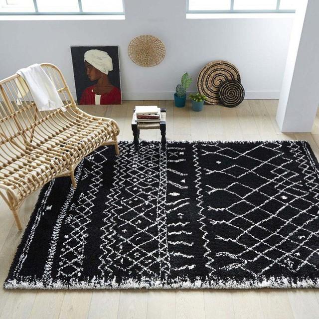4. Không gian với màu trung tính, được trang trí những đồ dùng truyền thống sẽ trở nên cá tính và bắt mắt hơn nhờ tấm thảm màu đen với họa tiết trắng.