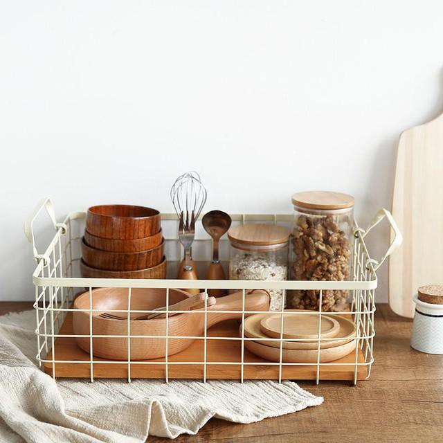 Một chiếc giá như thế này là sự phối hợp hoàn hảo giữa gỗ và kim loại, tạo sự đầm ấm và gọn gàng cho căn bếp của bạn.