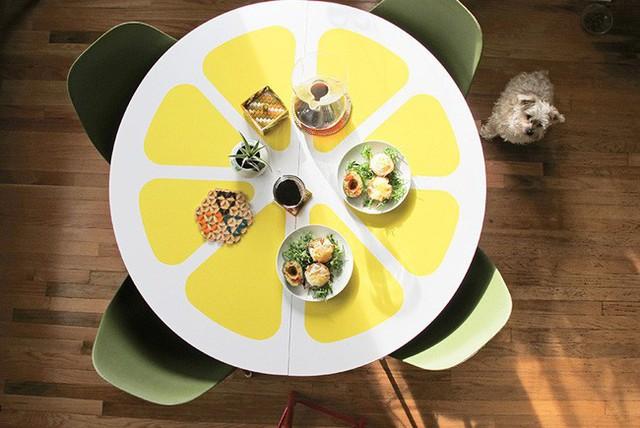 Bàn ăn cũng có nét khác biệt, độc lạ nhờ kết hợp mặt bàn dán vàng với ghế màu xanh xám. Màu trắng của mặt bàn như màu liên kết giữa hai tông màu cá tính và đặc biệt này.