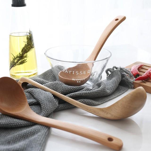 Thay vì dùng muôi kim loại nóng bỏng tay thì tại sao không thay toàn bộ đồ làm bếp bằng muôi gỗ bạn nhỉ? Nhìn chúng mới thật đẹp mắt làm sao.