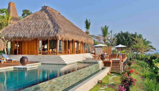 Hầu hết các villa đều có một bể bơi riêng. Điều đặc biệt là vật liệu chính làm nên các villa trong khu nghỉ dưỡng là tre rất thân thiện với thiên nhiên.