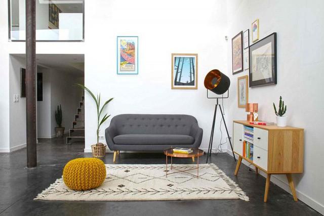 7. Ngôi nhà trần cao, trang trí tường và các đồ dùng với màu trung tính sẽ cân bằng màu sắc và độ cao nhờ tấm thảm màu be nổi bật trên sàn đen.