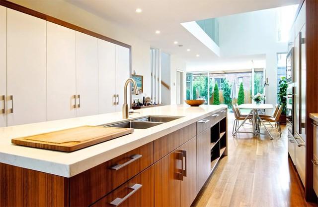 Một căn bếp với tông gỗ trầm ấm cúng.