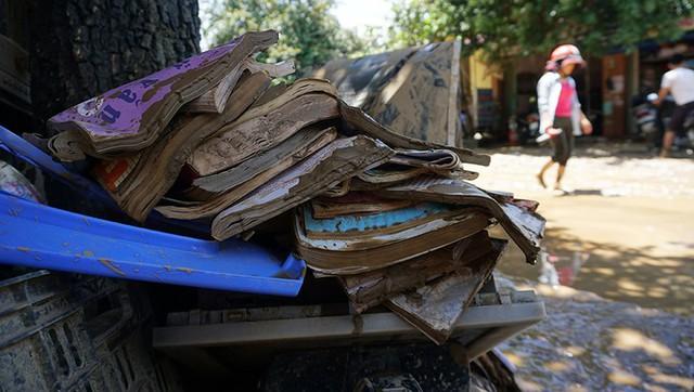 Nhiều sách vở, đồ dùng học sinh lấm lem bùn đất trước thềm năm học mới. Ngoài huyện Mường Lát, các trường học ở huyện Quan Hoá, Bá Thước, Cẩm Thủy cũng hư hỏng nặng.