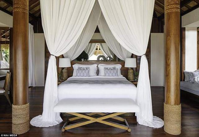 Phòng ngủ được thiết kế đơn giản với những khung cửa rất lớn và rèm màu trắng ấn tượng.
