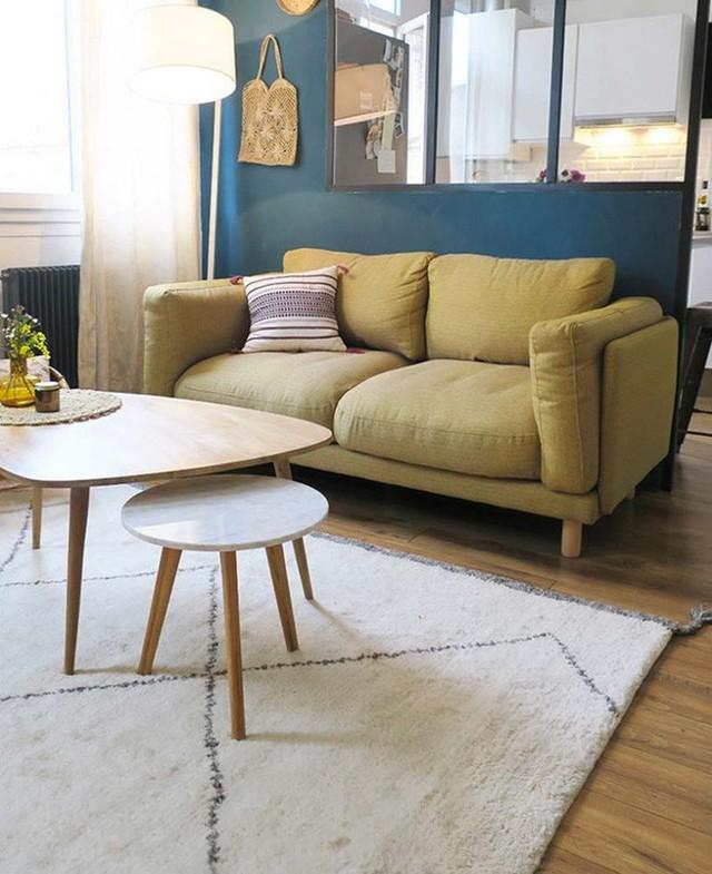 8. Không giản nhỏ ấm cúng với nội thất rời rạc từ kiểu dáng đến màu sắc bỗng được kết nối một cách đầy nghệ thuật nhờ tấm thảm màu be giản dị.