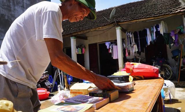 Người đàn ông ở xã Cẩm Phong (Cẩm Thủy) đang phơi sách vở cho con. Mấy bộ sách mới mua chưa kịp dùng đã ngấm nước và vấy bùn hết cả, ông than thở.