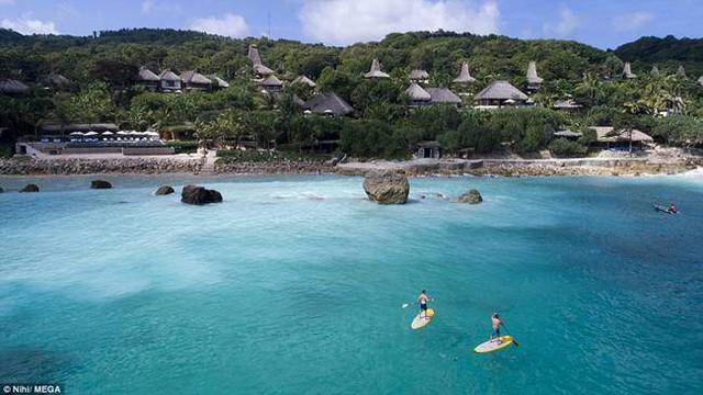 Khách ở đây có thể tham gia các hoạt động như tắm biển, chèo thuyền ván đứng, lặn với ống thở.