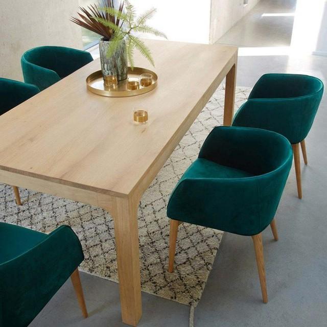 10. Bàn ăn màu sáng với ghế bọc nhung xanh, thảm sáng màu sẽ là đem lại vẻ ấm cúng cho phòng ăn.
