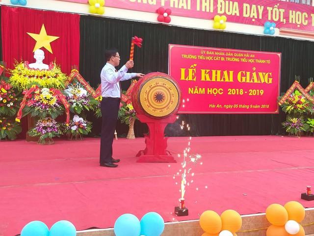 Đại diện lãnh đạo quận Hải An đánh trống khai trường