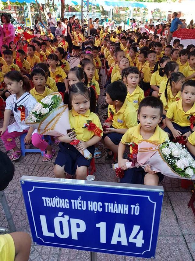 Học sinh lớp 1 trường Tiểu học Thành Tô hồi hộp vào năm học mới. Ảnh: Minh Thư