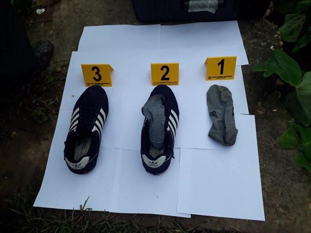 Đôi giầy của nghi phạm để lại hiện trường. Ảnh: Cơ quan Công an cung cấp