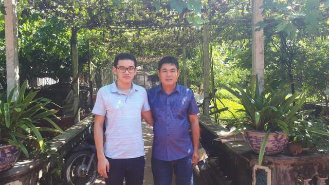 Nguyễn Hoàng Cường chụp ảnh cùng Bố (Anh Nguyễn Hoàng Nghĩa - Công ty Điện lực Quảng Ninh)