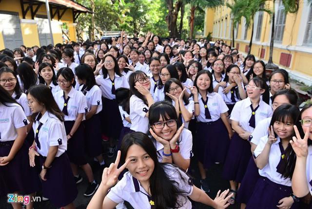 Học sinh lên lớp 10 trường THPT Nguyễn Thị Minh Khai, quận 3, TP.HCM, hào hứng dự lễ chào mừng năm học mới. Năm nay, trường này có 15 lớp 10. Ảnh: Lê Quân (Zing)