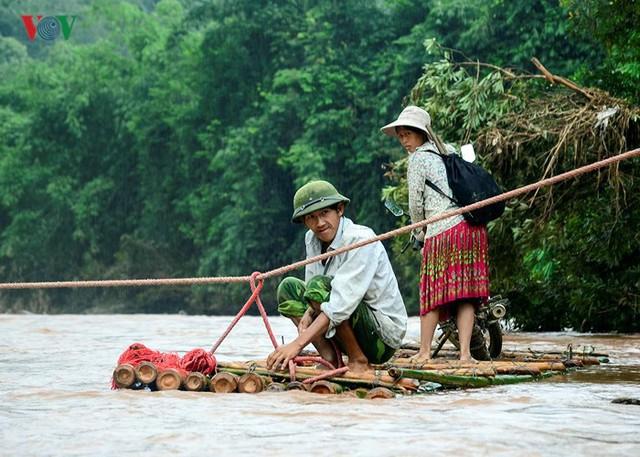 Do mùa lũ, nước suối Nậm Chim lên cao, cuốn trôi cầu tạm bằng tre nên người dân phải dùng bè tre, căng dây thừng qua suối để đi lại.