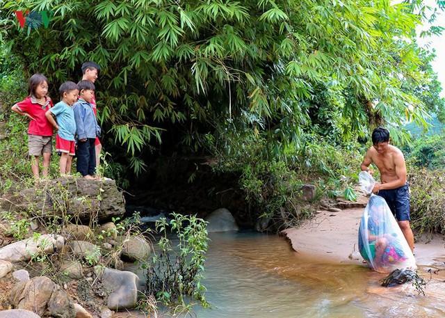 Hiện tại chưa có cầu nên vào mùa lũ, bất đắc dĩ người dân phải dùng cách vượt sông nguy hiểm này.
