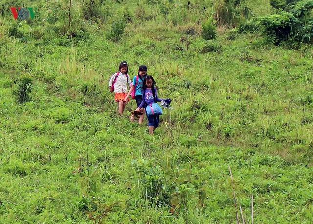 Vì từ bờ suối đến trường còn cách khoảng 15km đi bộ đường rừng.