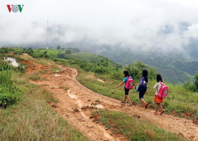 Ít nhất phải mất 5 giờ đồng hồ để đi bộ qua những con dốc bùn trơn như đổ mỡ. Tuy nhiên các em vẫn cố gắng đến trường đúng ngày khai giảng năm học mới.