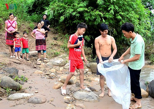 Hơn 50 học sinh cấp II của bản phải chui túi nilon, nhờ người lớn kéo qua suối để đến trường cho kịp ngày khai giảng năm học mới 2018 – 2019.