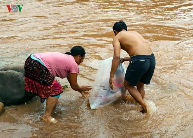 Những người đàn ông khỏe mạnh, thạo sông nước được giao nhiệm vụ này.