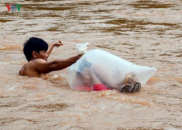 Tuy nhiên vô cùng nguy hiểm bởi chỉ một sai sót nhỏ có thể bị dòng nước lũ mạnh cuốn trôi.