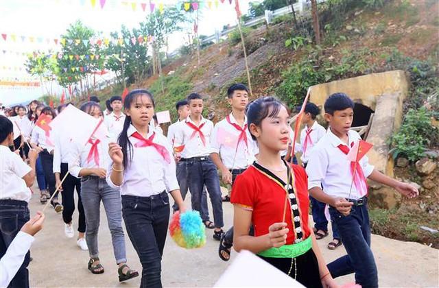 Học sinh trường Phổ thông dân tộc bán trú - Trung học cơ sở Thanh Xuân đến trường khai giảng