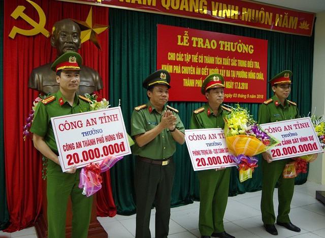 Giám đốc Công an tỉnh Hưng Yên trao thưởng cho các tập thể có thành tích xuất sắc. Ảnh: Th.Hương