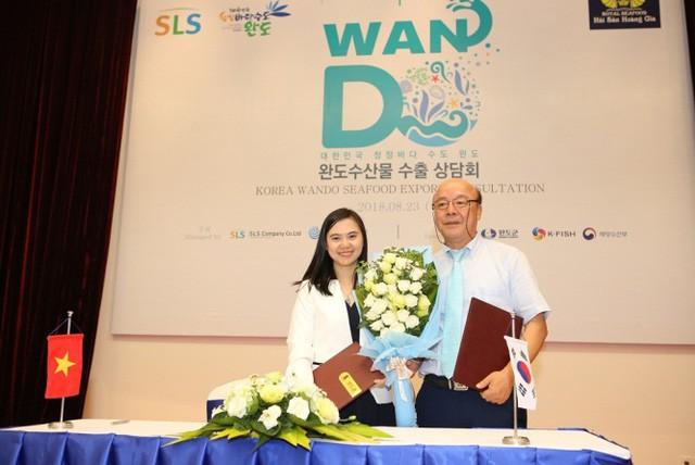 Bà Phan Sắc Cẩm Ly – Đại diện công ty Hải Sản Hoàng Gia ký kết hợp tác chiến lược với Hiệp hội Thủy sản Hàn Quốc – chính thức trở thành đơn vị tiên phong đầu tiên nhập khẩu thành công bào ngư thượng hạng từ Hàn Quốc về Việt Nam.