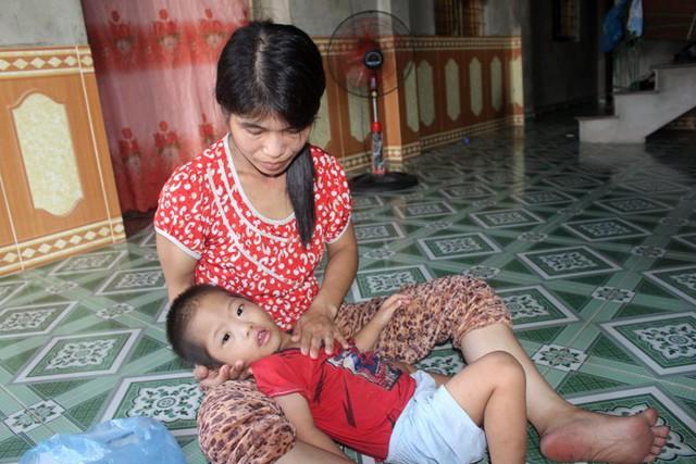 Hiện tại, gia đình chị Quyến không bất lấy tiền đâu để phẫu thuật bệnh tim cho con trai út. Ảnh: Đ.Tùy