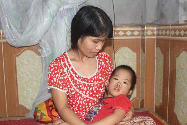 Chị Quyến bên người con trai 3 tuổi mắc 2 bệnh trọng. Ảnh: Đ.Tùy