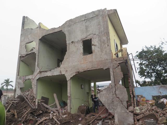 Cảnh tượng tan hoang tại hiện trường vụ nổ ở Bắc Ninh sáng 3/1/2018. Ảnh: Thanh Phong